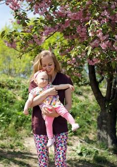 Heureuse mère et fille aimante jouant et s'embrassant. balade en famille. l'heure d'été ensemble, la lumière du soleil. bonne fête des mères.