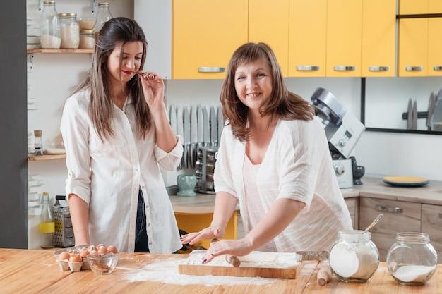 Heureuse mère et fille dans la cuisine