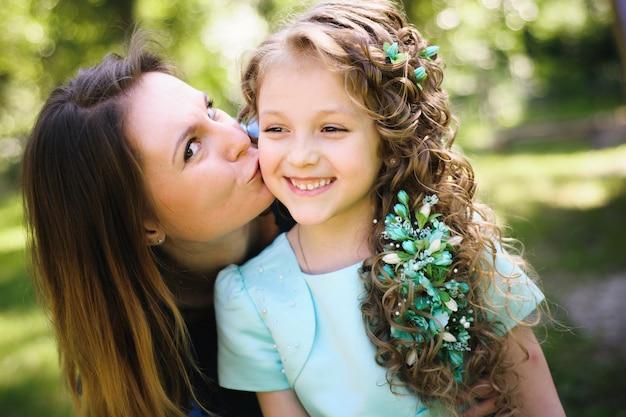 Heureuse mère et fille ensemble à l'extérieur dans un parc