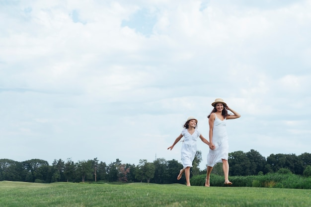 Heureuse mère et fille marchant en plein air
