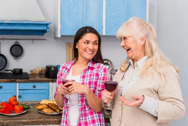 Heureuse mère et fille profitant du vin à la fête