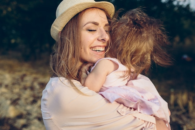 Heureuse mère et fille riant ensemble à l'extérieur