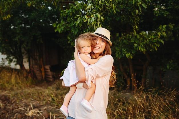 Heureuse Mère Et Fille Riant Ensemble à L'extérieur Photo Premium
