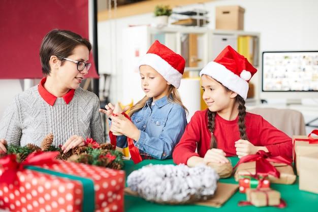 Heureuse mère et filles avec des cadeaux de noël