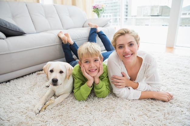 Heureuse mère et fils avec chiot