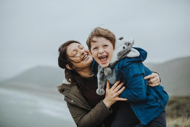 Heureuse mère et fils profitant d'un moment précieux