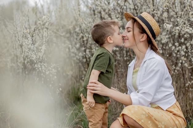 Heureuse mère et fils s'amusant ensemble