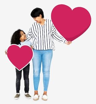 Heureuse mère et fils tenant des icônes du coeur