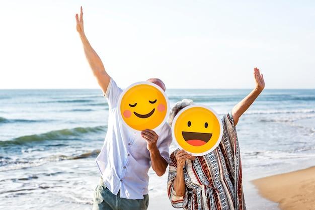 Heureuse mère mature et fils à la plage