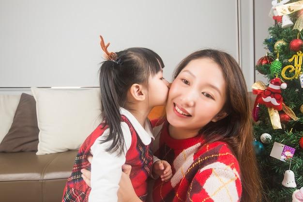 Heureuse Mère Et Petite Fille Décorant Un Arbre De Noël Et Des Cadeaux à La Maison Photo gratuit
