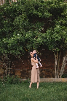 Heureuse mère et petite fille jouant ensemble dans un parc