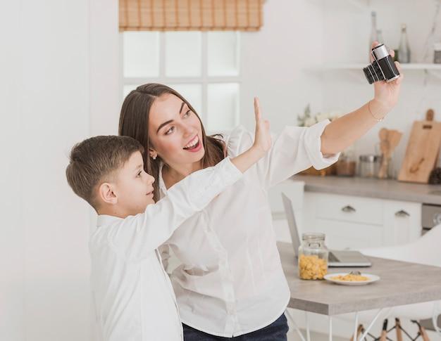 Heureuse mère prenant une photo avec son fils