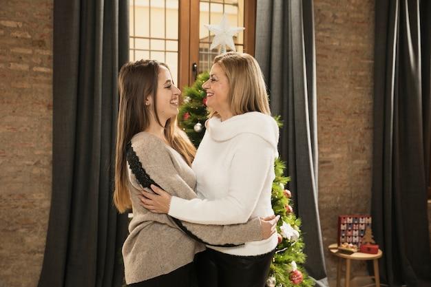 Heureuse mère avec sa fille pour noël