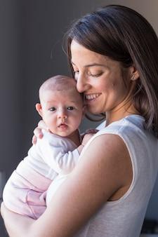 Heureuse mère avec sa petite fille à la maison. style de vie à l'intérieur et concept d'amour en famille