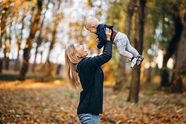 Heureuse mère avec son petit bébé s'amusant dans le parc