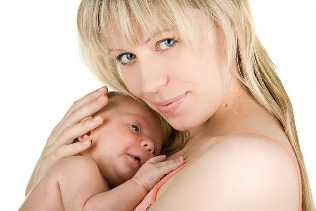 Heureuse mère avec son petit garçon isolé sur un blanc