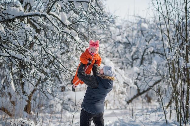 Heureuse mère vomit sa jeune fille en journée d'hiver joyeuse famille joyeuse