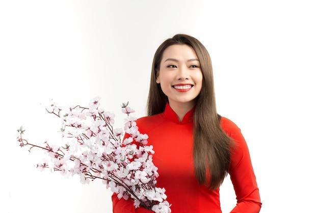 Heureuse nouvelle année lunaire. belle femme asiatique avec un geste de félicitation