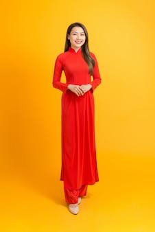 Heureuse nouvelle année lunaire. fille asiatique en robe traditionnelle vietnamienne