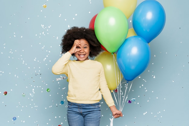 Heureuse petite fille célébrant son anniversaire