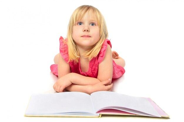 Heureuse petite fille lisant un livre