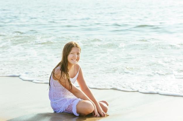 Heureuse petite fille nageant dans l'eau
