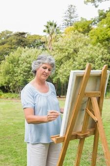 Heureuse retraite femme peignant sur toile