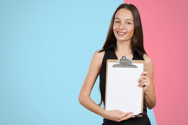 Heureuse souriante belle jeune femme avec le presse-papier