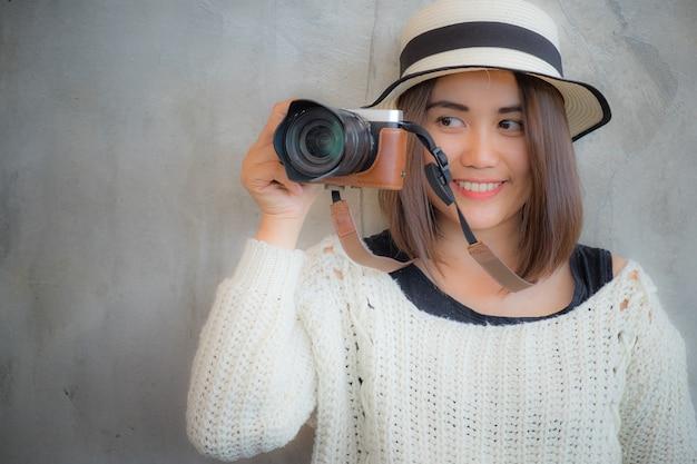 Heureuse souriante jolie fille prenant photo avec appareil photo. attractive magnifique jeune femme rétro photographier.