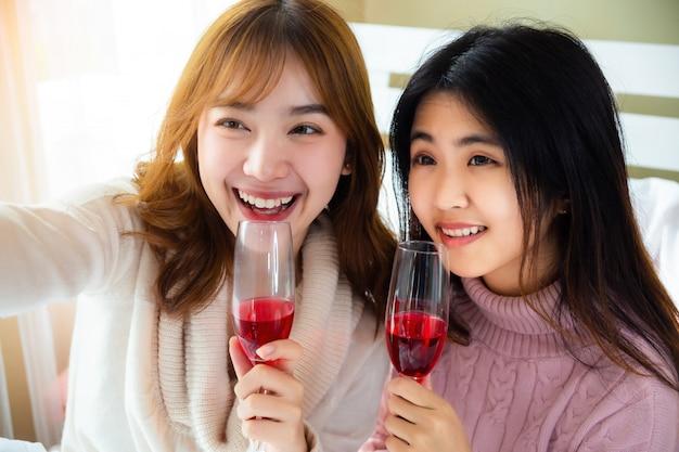 Heureusement amis appréciant avec le vin rouge ensemble