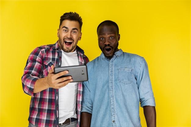 Heureusement demandé européen et afro-américain gars en chemises informelles