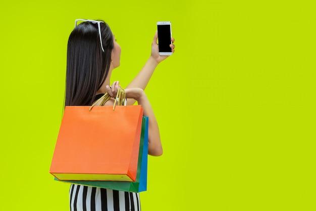 Heureuses femmes achetant en ligne avec un téléphone intelligent