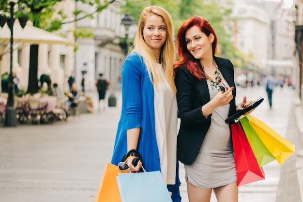 Heureuses femmes avec des sacs pour faire du shopping