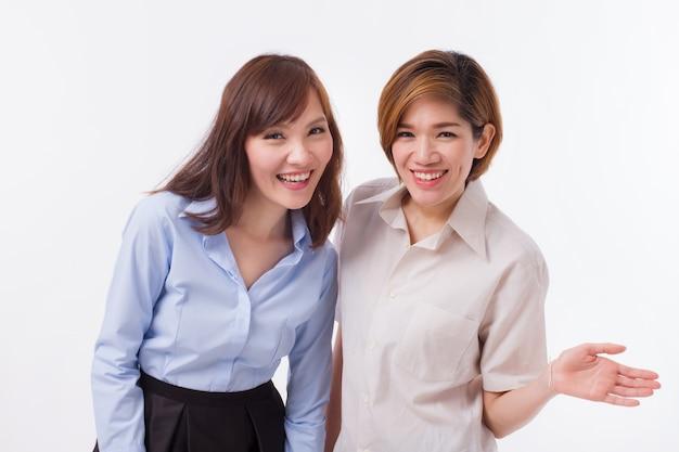 Heureuses femmes souriantes amicales vous regardant
