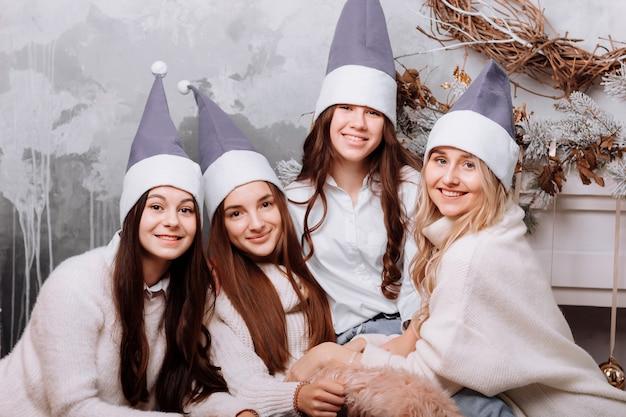 Heureuses jeunes femmes portant des vêtements confortables célébration de la journée des femmes