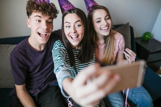 Heureux adolescents prenant un selfie