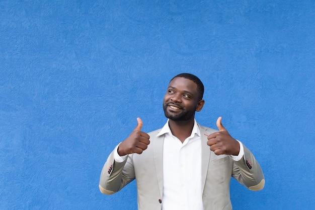 Le heureux afro-américain montre la classe des mains