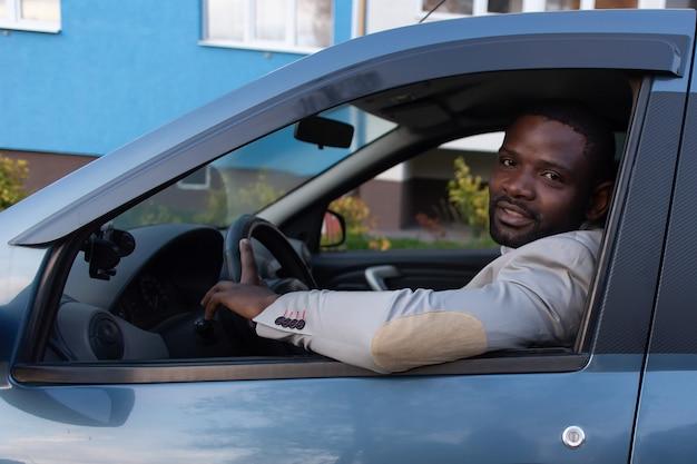 Heureux afro-américain en voiture