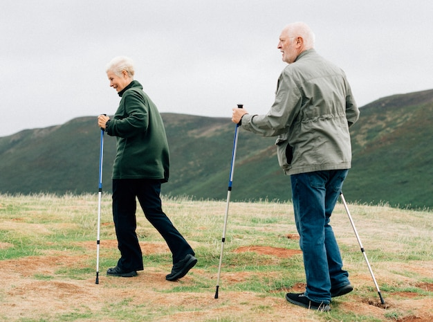 Heureux aînés avec des bâtons de randonnée