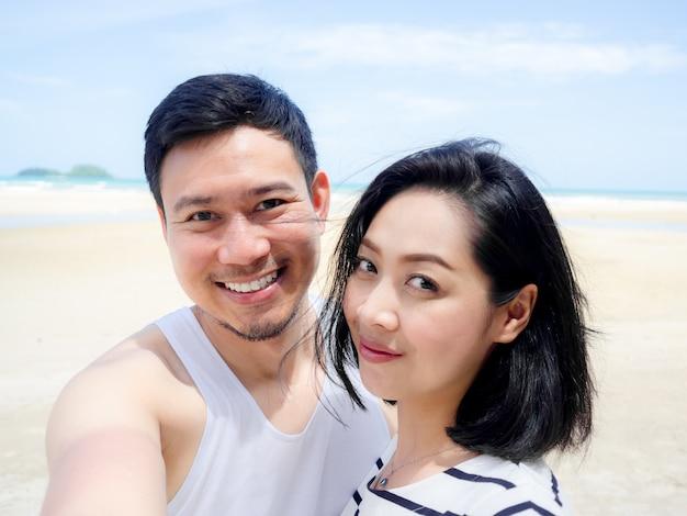 Heureux amant couple asiatique sur les vacances de plage d'été.