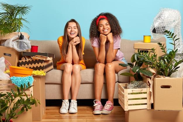 Heureux amies diverses ont un jour de déménagement dans une nouvelle maison