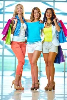 Heureux amis achats dans centre commercial