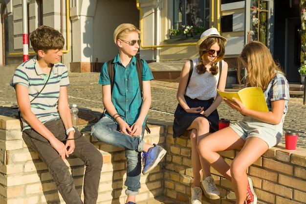 Heureux amis adolescents s'amusant