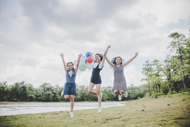 Heureux amis adolescents souriant à l'extérieur au parc