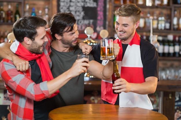 Heureux amis appréciant dans un pub