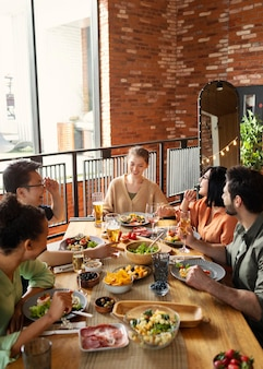 Heureux amis assis à table