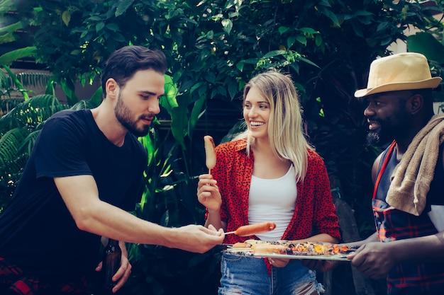 Heureux amis avec barbecue dans la nature