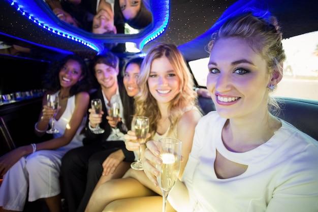 Heureux amis buvant du champagne