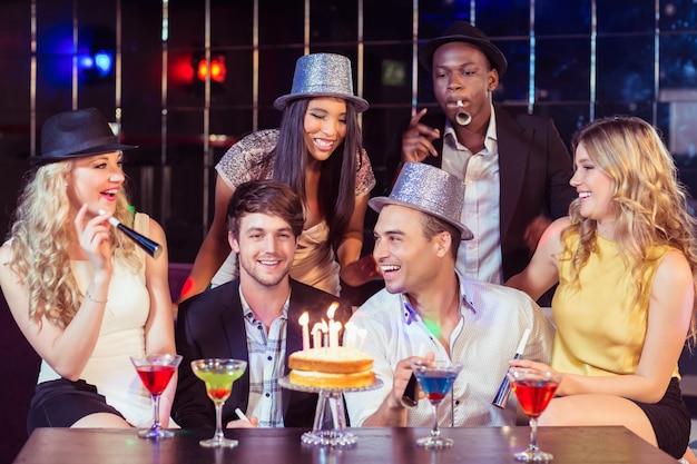 Heureux amis célébrant l'anniversaire
