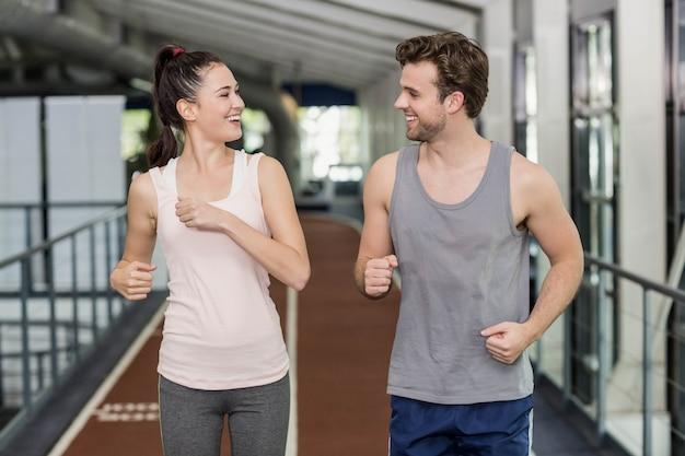 Heureux amis courir ensemble sur la bonne voie